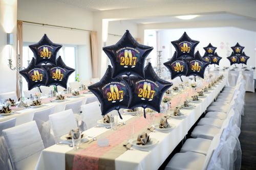 Dekoration-Silvester-2017-Sternballons-Champagner-und-Feuerwerk