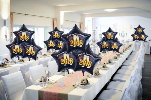 Dekoration Silvester, Tischdekoration mit schwebenden Sternballons 2018, Champagner und Feuerwerk